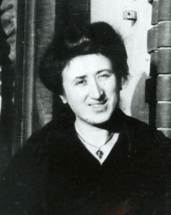 Rosa Luxemborg-1907-or-1908-balcony-rls1