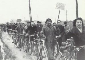 """30 gennaio 1948. I braccianti alla manifestazione di solidarietà con i lavoratori della """"Barbieri & Burzi""""."""